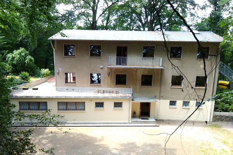 Haus-Rückseite-mit-Hof