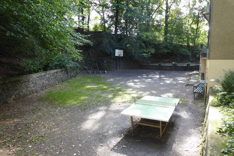 Hof-mit-Tischtennisplatte