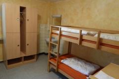 4-Bett-Zimmer-mit-Waschbecken