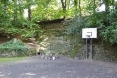 Hof-mit-Grill-und-Baskettballkorb